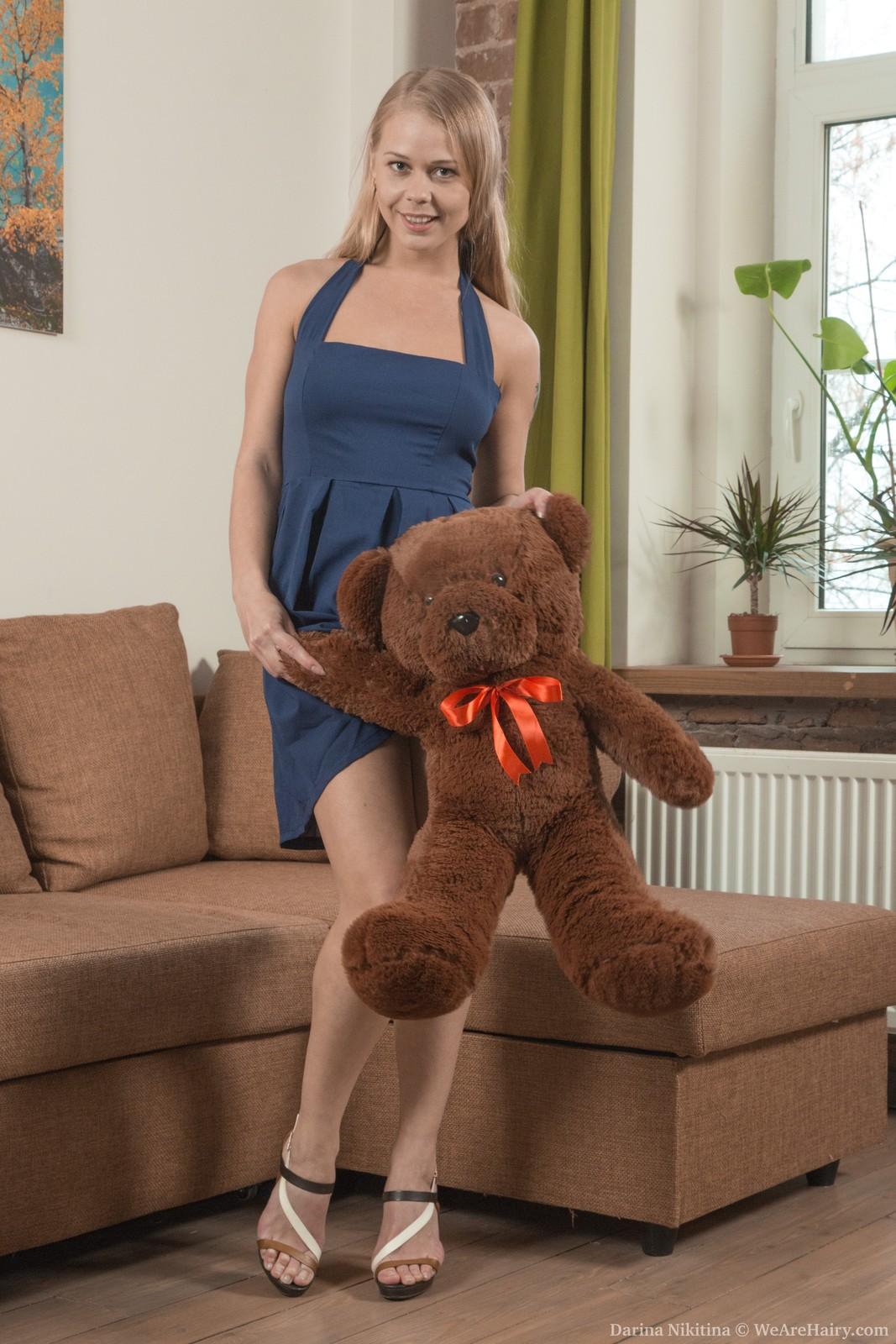 Darina Nikitina strips and masturbates with a toy